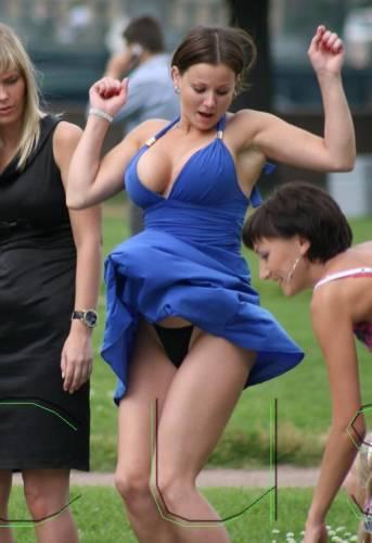 Женщина в юбке поднимается