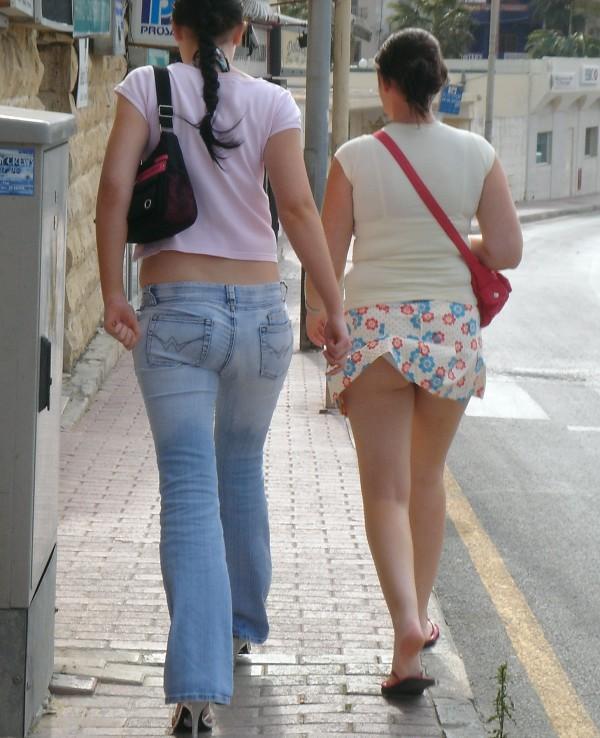 Парень снимает юбки на улице