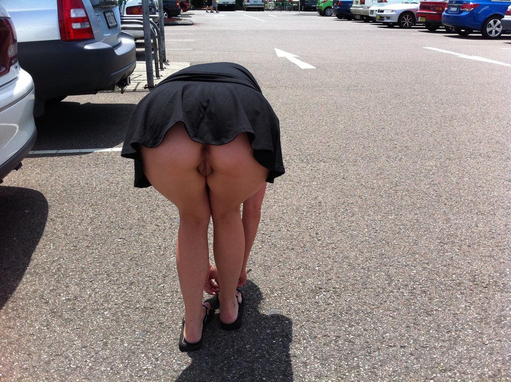Фото без трусиков под юбкой что