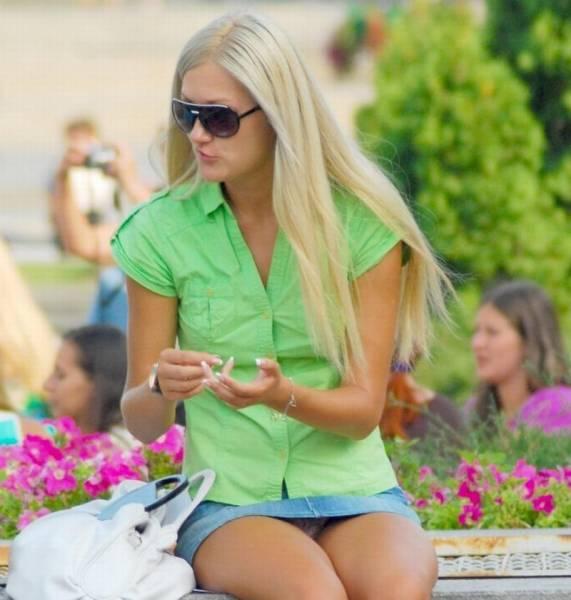 Девочка в беленьких шортиках - ДЕВУШКИ В ШОРТИКАХ