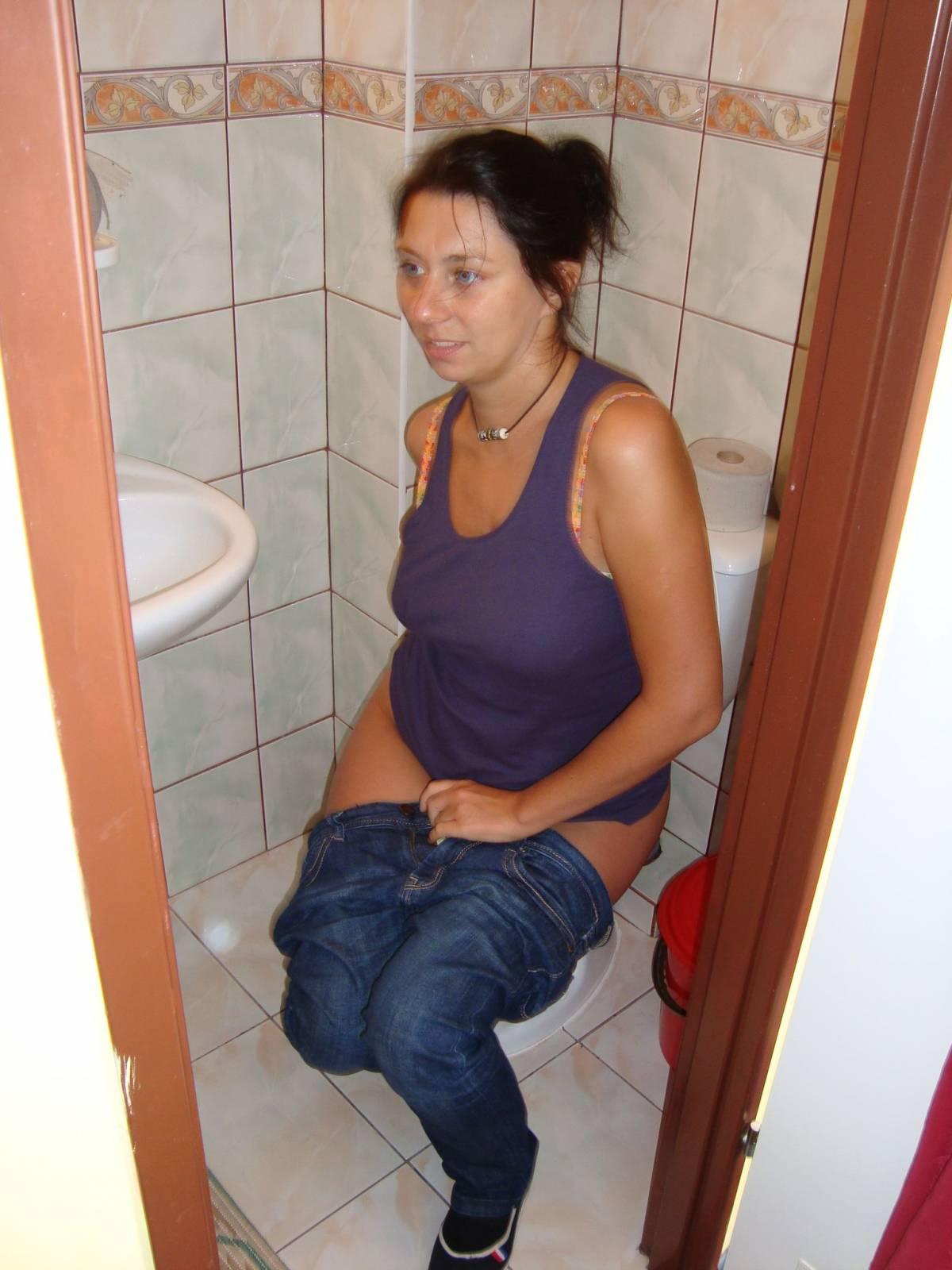 Засветила в туалете видео подгляд